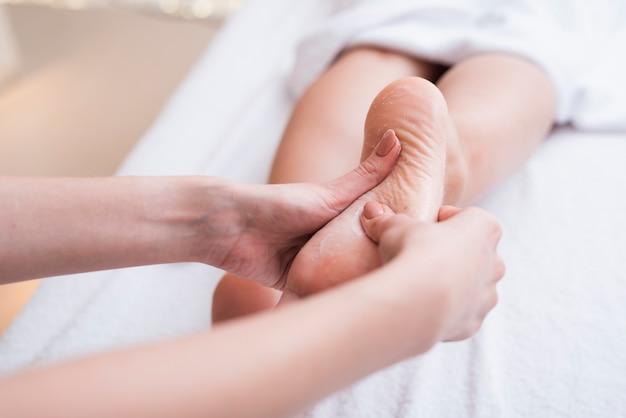 Terapia de massagem nos pés no spa Foto gratuita