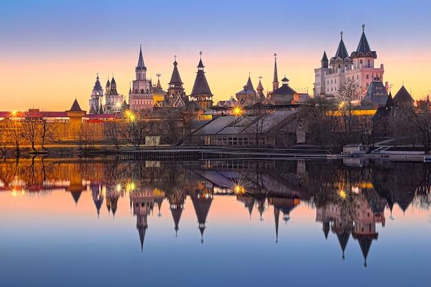 Teremki do kremlin izmailovsky em izmailovo em moscou com reflexo na água de um lago à luz das luzes da noite Foto Premium