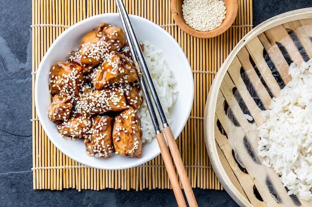 Teriyaki de frango com arroz Foto Premium