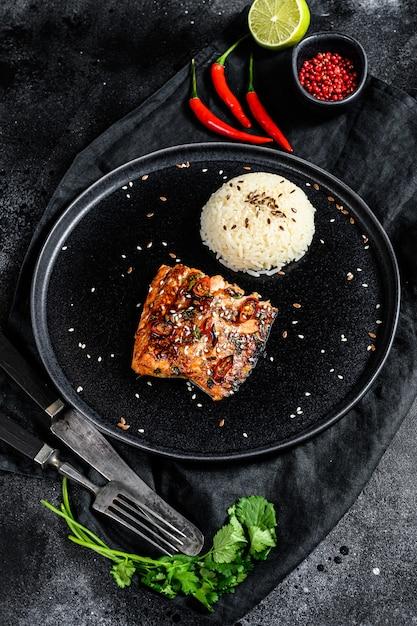 Teriyaki japonês filé de salmão grelhado envidraçado em molho delicioso com um prato de arroz. Foto Premium