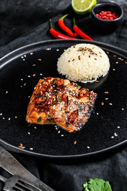 Teriyaki japonês grelhado filé de truta com um prato de arroz. vista do topo Foto Premium