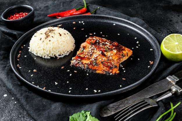 Teriyaki japonês grelhado filé de truta com um prato de arroz. Foto Premium