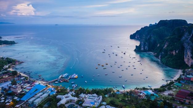 Terminais de passageiros, envio na ilha de phi phi kra bi tailândia Foto Premium