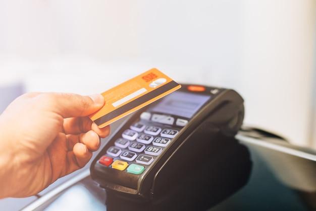 Terminal de pagamento cobrando de um cartão Foto Premium