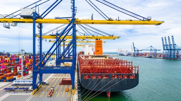 Terminal do navio de carga da vista aérea, descarregando o guindaste do terminal do navio de carga, do porto industrial da vista aérea com recipientes e do navio de recipiente. Foto Premium