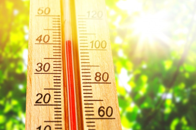 Termômetro exibindo altas temperaturas quentes de 40 graus no sol dia de verão. Foto Premium