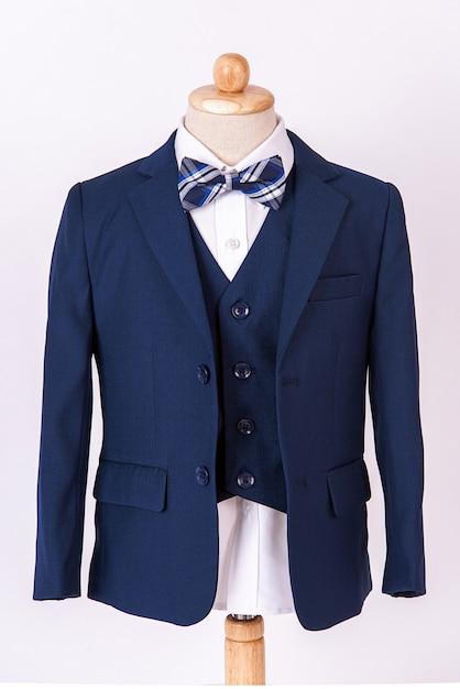 Terno azul lindo casaco masculino com camisa e gravata borboleta no fundo branco Foto Premium