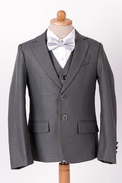 Terno de jaqueta cinza lindo homens com camisa e gravata borboleta em fundo branco Foto Premium