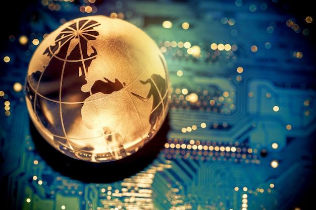 Terra de globo transparente do mundo na placa-mãe do computador Foto Premium