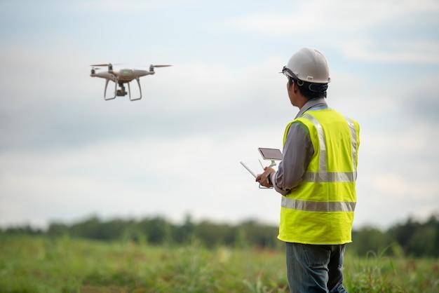 Terra de pesquisa de drone de controle engenheiro de construção para o desenvolvimento imobiliário Foto Premium