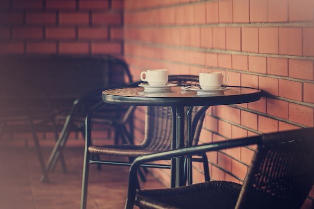 Terraço típico de café com mesas e cadeiras Foto Premium