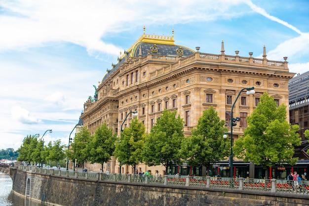 Terraplenagem de praga em um dia de verão. panorama da cidade. belos edifícios. Foto Premium