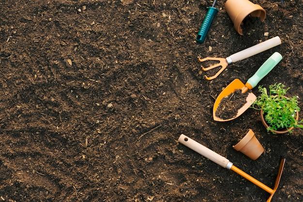 Terreno com conjunto composto de ferramentas Foto gratuita