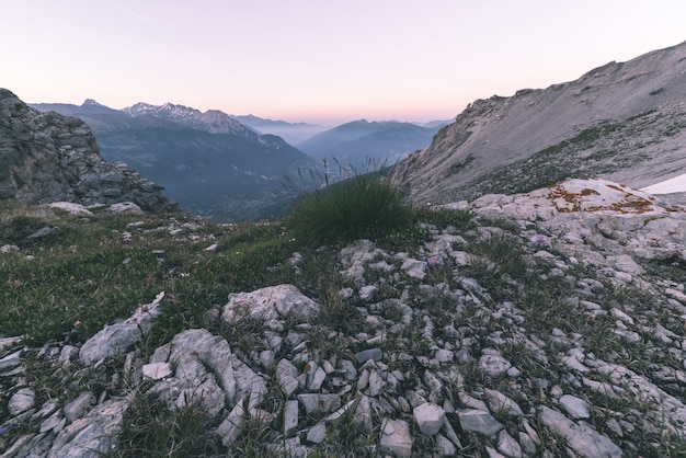 Terreno extremo da alta altitude, pico de montanha rochosa e cume entalhado, com o céu tormentoso dramático cênico. Foto Premium