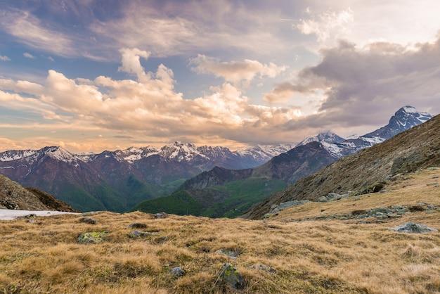 Terreno extremo de alta altitude, pico de montanha rochosa com céu tempestuoso dramático Foto Premium