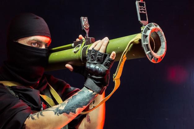 Terrorista com sua arma. sobre terrorismo Foto Premium