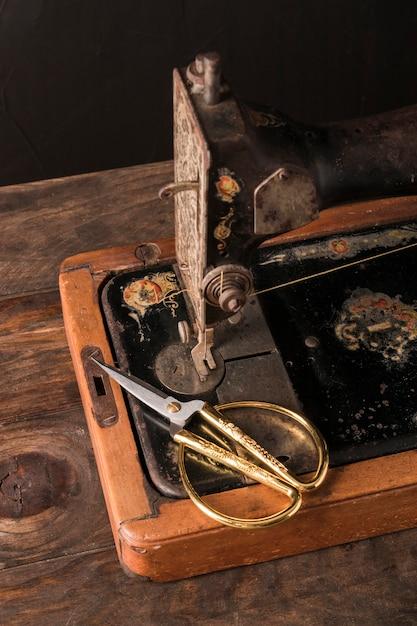 Tesoura bonita na velha máquina de costura Foto gratuita