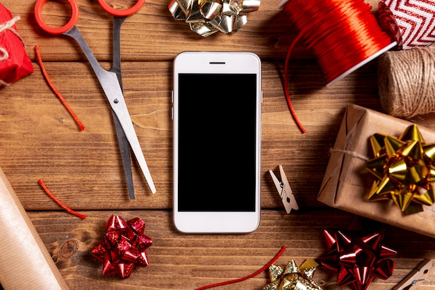 Tesoura de telefone e presentes de natal Foto gratuita