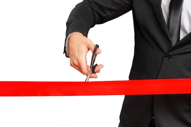 Tesoura está cortando fita vermelha ou fita Foto Premium