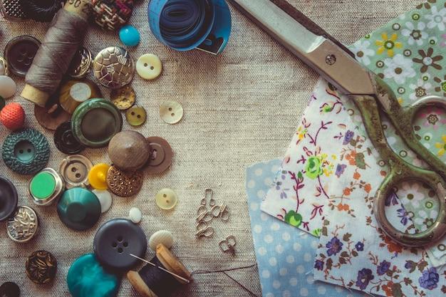 Tesoura para cortar tecidos, estampas, tecidos, fios e botões. foco seletivo. Foto Premium