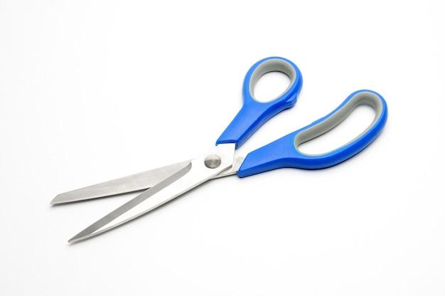 Tesouras com cabo azul para alfaiates em branco isolado Foto Premium