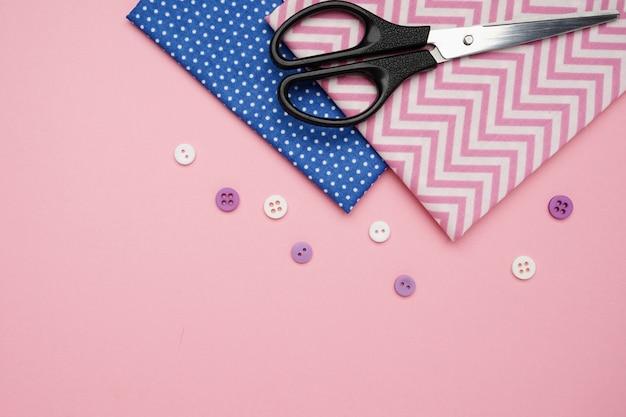 Tesouras, tecidos e botões para costura com espaço de cópia Foto Premium