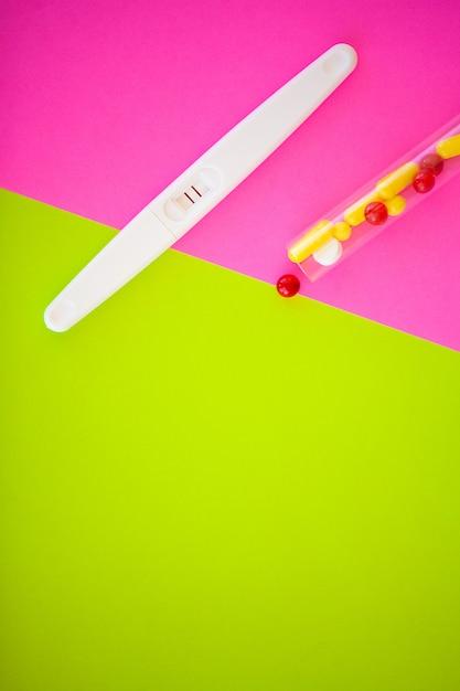 Teste de gravidez. o resultado é positivo com duas tiras. tratamento da infertilidade com pílulas, ajuda na concepção de uma criança. comprimidos da gravidez não funcionam, contracepção. Foto Premium