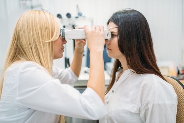Teste de visão em gabinete óptico, oftalmologia Foto Premium