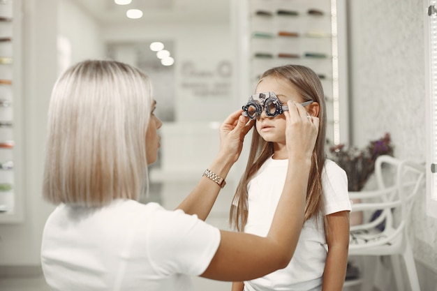 Teste oftalmológico infantil e exame oftalmológico Foto gratuita