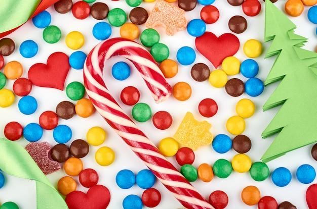 Teste padrão abstrato com doces redondos da cor no fundo. vista superior de doces coloridos. imagem plana leiga Foto Premium