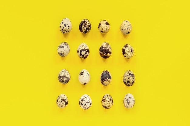 Teste padrão ajustado de ovos de codorniz no fundo de papel amarelo. conceito de páscoa. Foto Premium