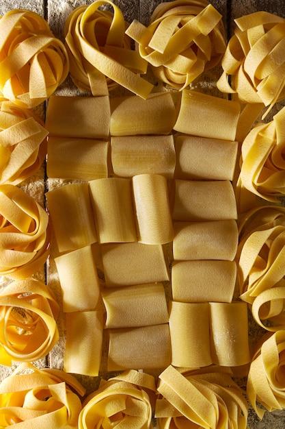 Teste padrão colorido saboroso bonito da massa italiana. vista do topo. abstrato. conceito do alimento. Foto gratuita