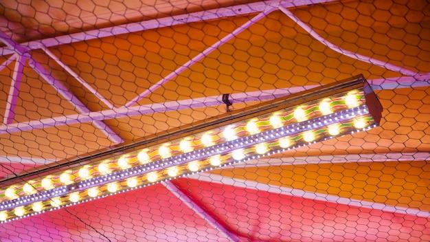 Teto colorido com luzes acesas Foto gratuita