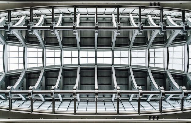 Teto de estrutura super feixe com vidro de janela dentro de arranha-céu em taipei Foto Premium