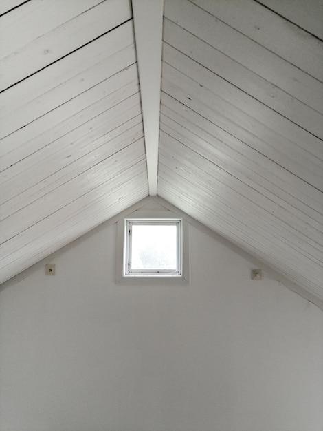 Teto design branco com janela Foto gratuita