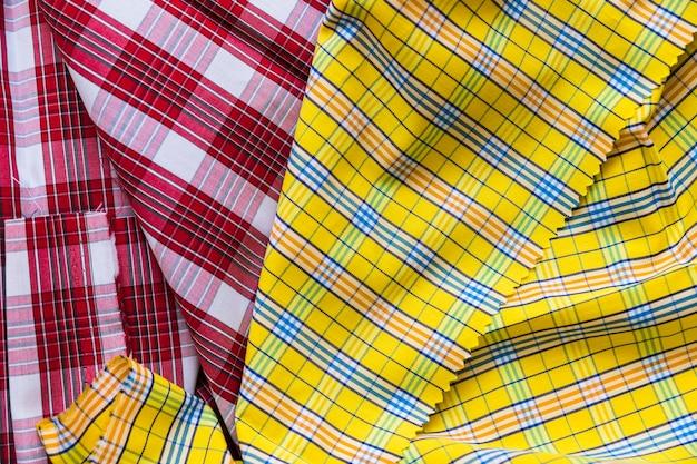 Têxtil de padrão de tartan vermelho e amarelo Foto gratuita