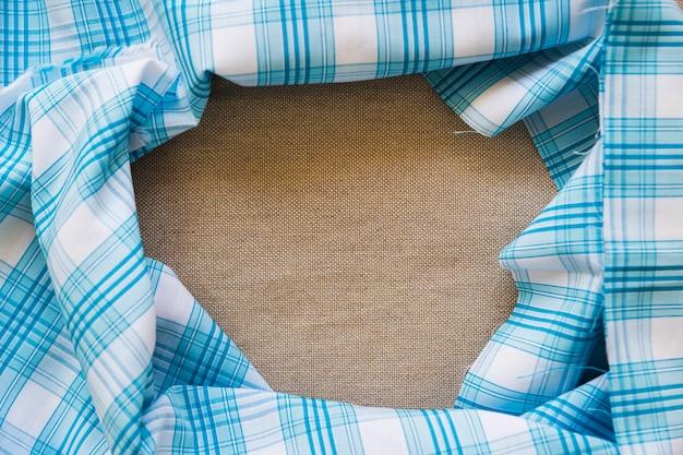 Têxtil padrão xadrez azul formando moldura Foto gratuita