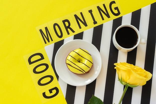 Texto bom dia, café, caderno para texto em amarelo Foto Premium