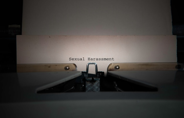 Texto de assédio sexual em uma máquina de escrever antiga Foto Premium