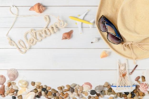 Texto de boas vindas com acessórios de verão, sandálias e shell Foto Premium