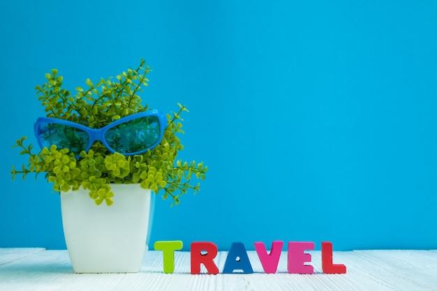 Texto de cartas de viagem e papel de caderno e pequena árvore de decoração Foto Premium