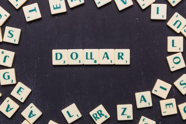 Texto de dólar organizado em uma linha sobre fundo preto Foto gratuita
