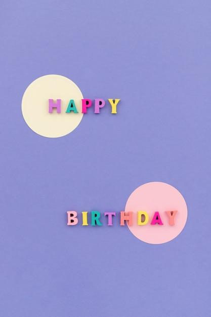 Texto de feliz aniversário com letras coloridas de madeira Foto Premium