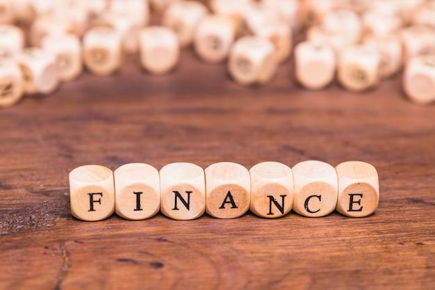 Texto de finanças em dadinhos de madeira Foto gratuita