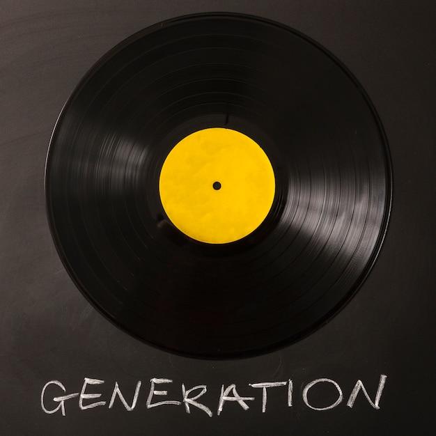 Texto de geração com disco de vinil preto no fundo Foto gratuita