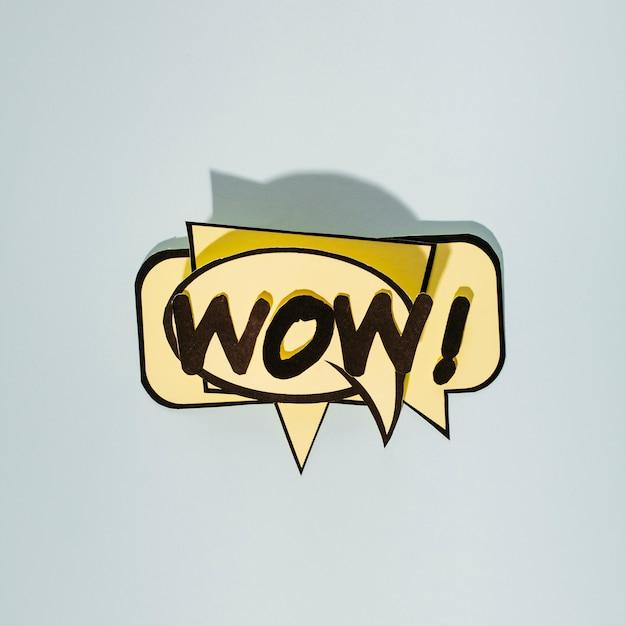 Texto de histórias em quadrinhos wow em bolhas do discurso bege em pano de fundo cinzento Foto gratuita