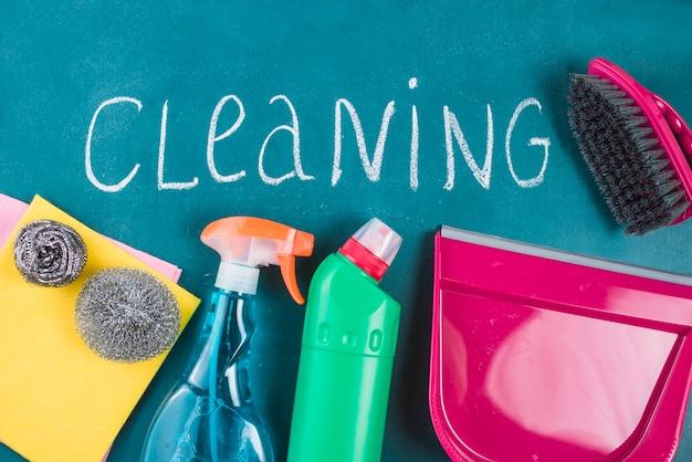 Texto de limpeza com produtos em fundo azul Foto gratuita