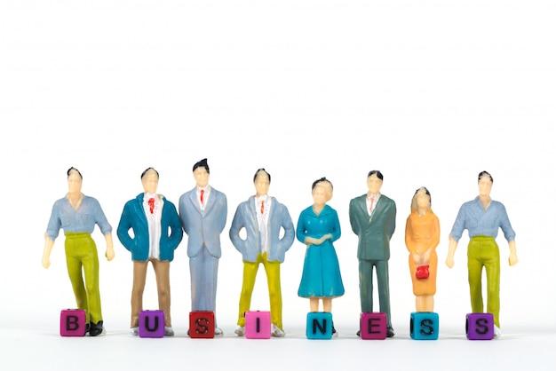Texto de negócios e empresário de miniatura de grupo ou figura Foto Premium