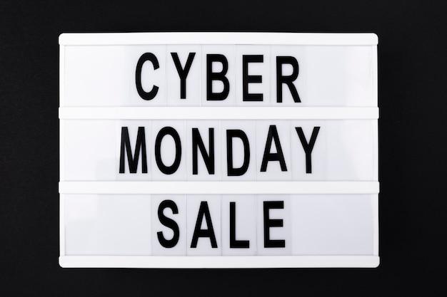 Texto de venda segunda-feira cyber na caixa de luz Foto gratuita