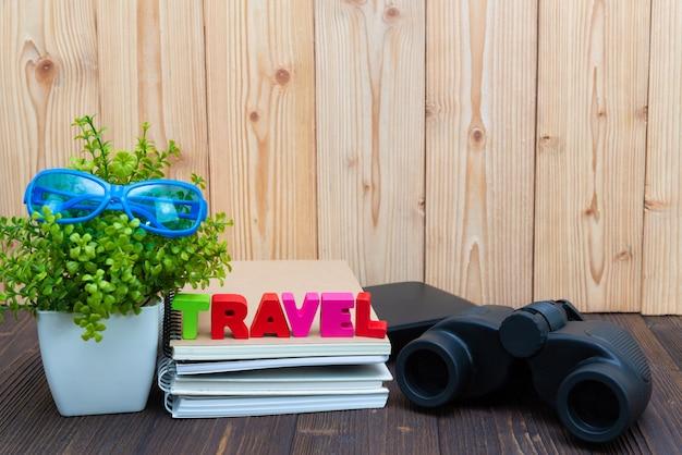 Texto de viagem e papel de caderno, pequeno e binocular Foto Premium